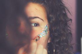 maquillage paillettes jeune femme fête