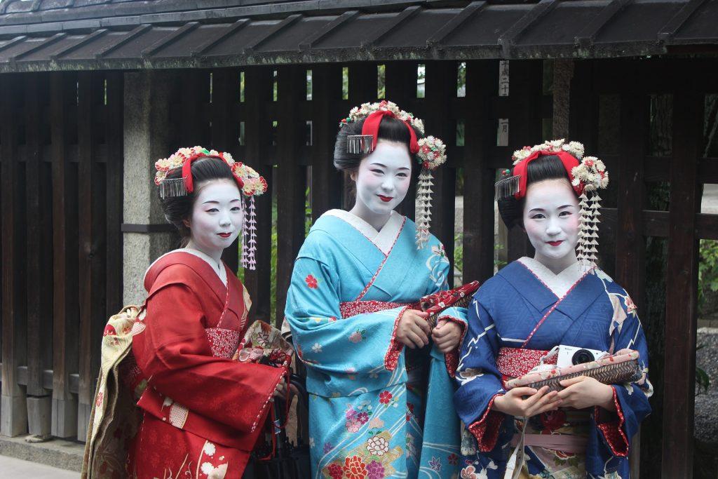 Trois femmes en habits traditionels de geishas