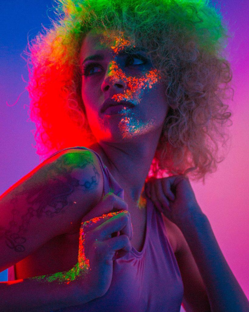 Une femme maquillée avec des paillettes disco