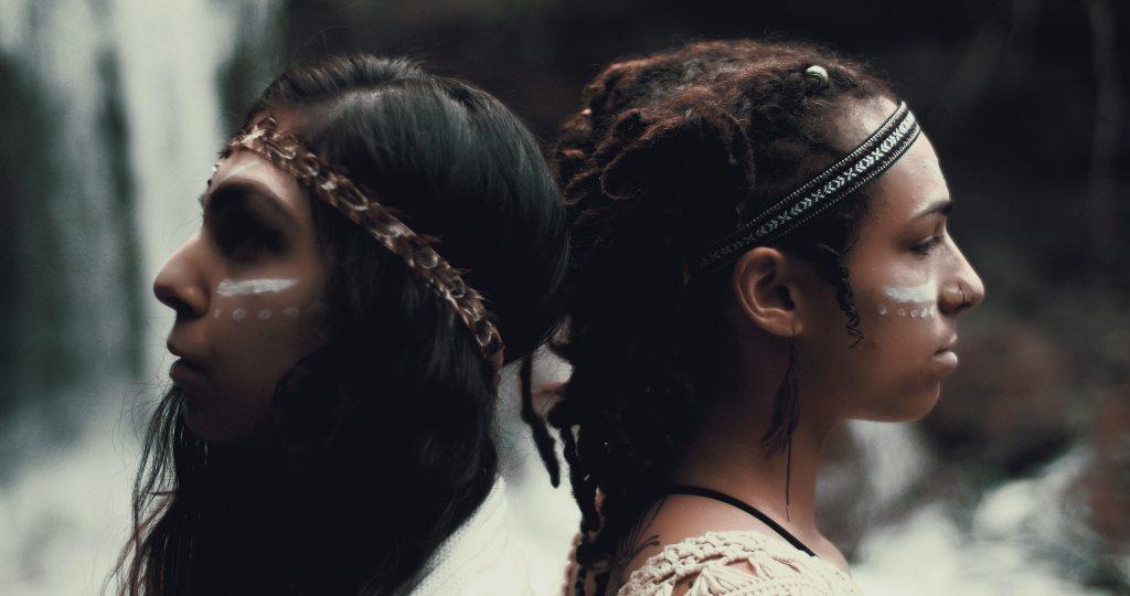 Deux jeunes femmes indiennes